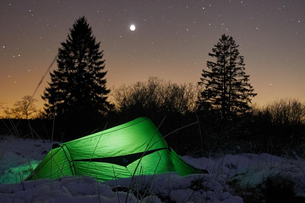 Draussen uebernachten im Winter mit Zelt