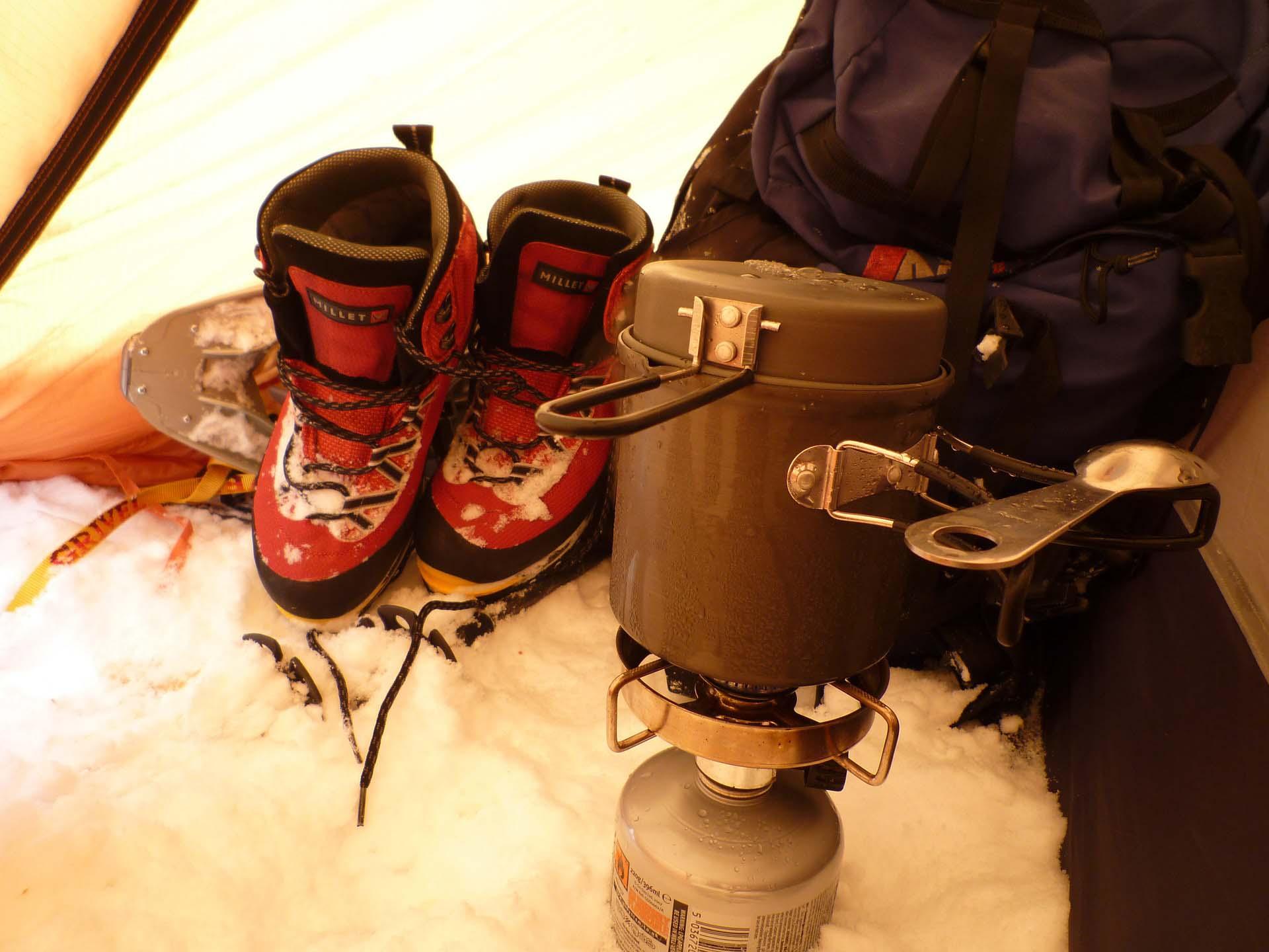 Wintercamping Ausrüstung - wasserdichte Schuhe und Kocher